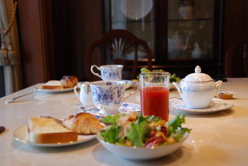 朝食 パン、サラダ、ソフトドリンクがフリー